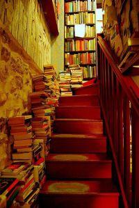 livre dans l'escalier