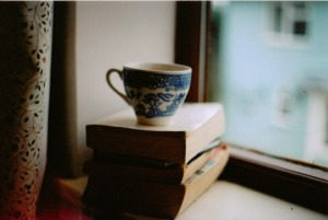 livre + vieille tasse à café